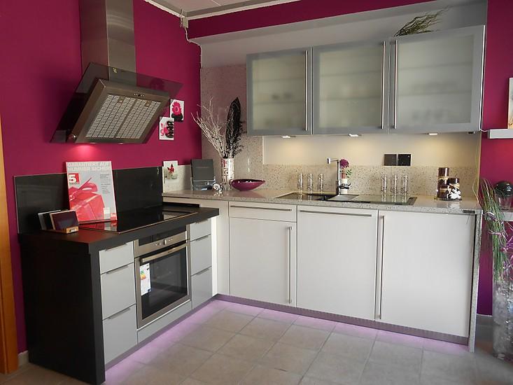 ausstellungsk che mit unterbodenbeleuchtung jetzt entdecken. Black Bedroom Furniture Sets. Home Design Ideas