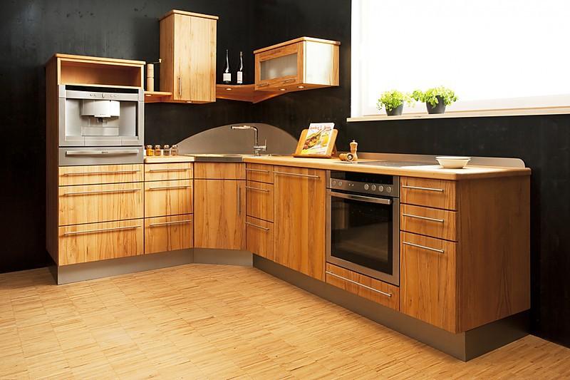 Massivholz L-Küche mit Buchenholz Front in senkrechter Masserung. Ahorn Arbeitsplatte mit schöner, dezenten Maserung. Viel Platzangebot dank Oberschränke.