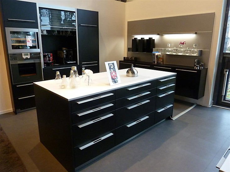 ausstellungsk che in schwarz mit wei er arbeittsplatte und backofen. Black Bedroom Furniture Sets. Home Design Ideas