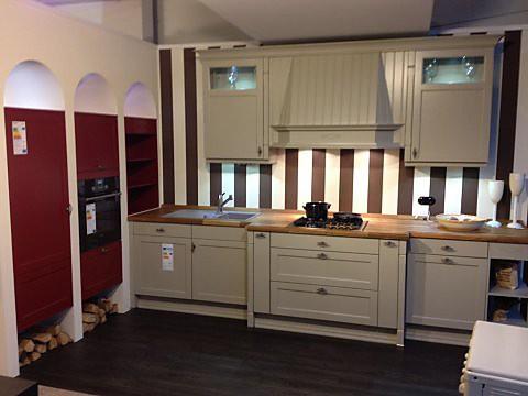 Landhausküche mit Eiche Massivholzarbeitsplatte und Granitspüle. L- Küchenform mit roter Schrankwand als Abschluss.