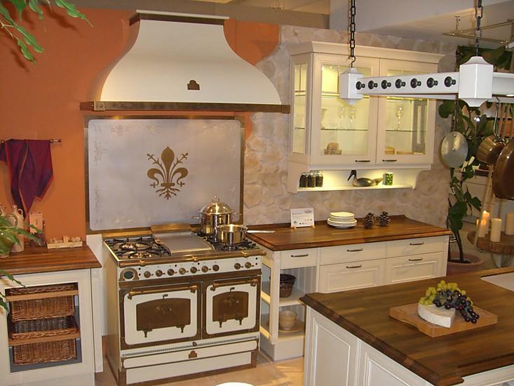 Landhaus Ausstellungskueche mit Massivholz-Fronten in weiß und beleuchtete Oberschränke
