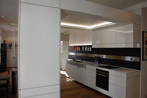Weiße Glasausstellungsküche im puristischem Stil