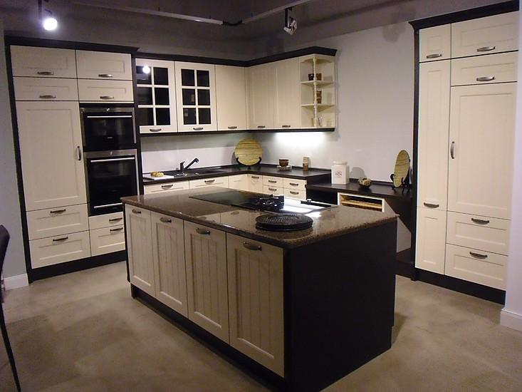cremweiße Ausstellungsküche im Landhausstil mit Kochinsel